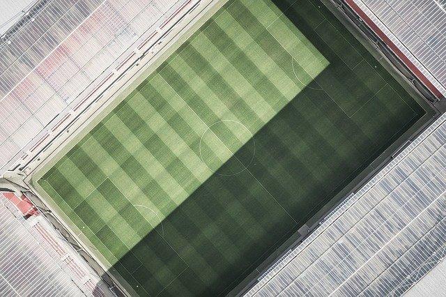 Hvilke lag tar plassene bak Liverpool? En stor fotballbane sett ovenfra, grønt gress