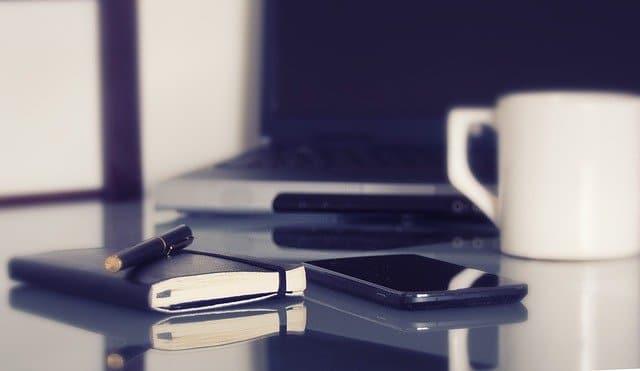 Hjemmekontor – ikke bare enkelt å gjennomføre, sett mobilen på lydløs, men husk god kaffe